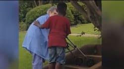 Bambino di 8 anni ferma il traffico per aiutare un'anziana a salire le scale. Il suo gesto scalda il