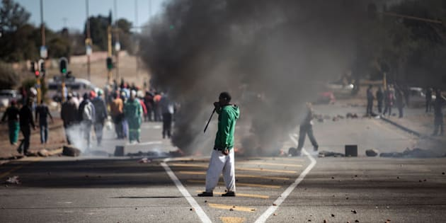 The current service delivery protest in Laudium mirrors a previous protest in Ennerdale in July 2016 with residents blocking roads and burning tyres.