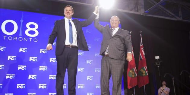 Andrew Scheer et Doug Ford lors du congrès du Parti progressiste-conservateur de l'Ontario.