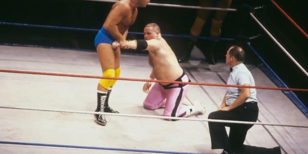 Raymond Rougeau debout se bat contre Jim 'The Anvil' Neidhart en 1987.