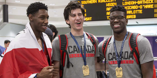 De gauche à droite, R.J Barrett, Danilo Djuricic et Amidou Bamba arrivent à l'aéroport Pearson à Toronto avec d'autres joueurs de l'équipe de basketball des 19 ans et moins après avoir gagné l'or à la Coupe du monde de la FIBA. (LA PRESSE CANADIENNE/Chris Young)