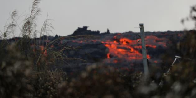 La roca fundida del volcán Kilauea se derrama por el lado del flujo de lava en Pohoiki Road, cerca de Pahoa, Hawai, EE. UU., 29 de mayo de 2018.