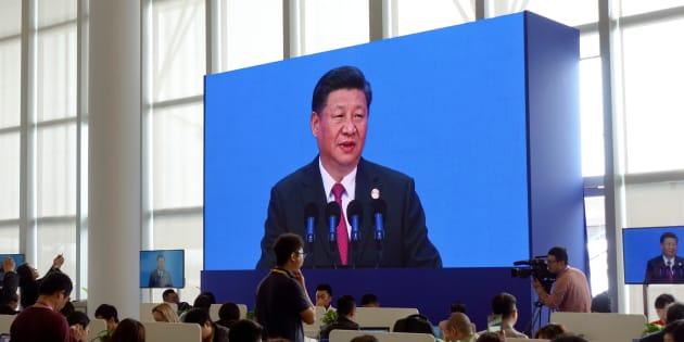 Reporteros en el centro de medios del Foro Boao para Asia miran al presidente chino Xi Jinping pronunciar su discurso en el foro anual, en Boao, en la provincia meridional china de Hainan el 10 de abril de 2018.
