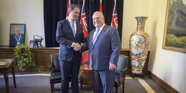 Le chef conservateur fédéral Andrew Scheer rencontrant le premier ministre de l'Ontario Doug Ford à Queen's Park, à Toronto, le 30 octobre 2018.