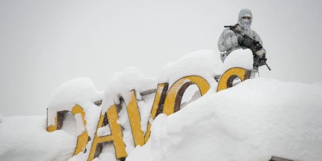 Un officier de sécurité sur le toit d'un hôtel de Davos, le 22 janvier.