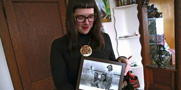 Morgan Richardson montre une photo d'elle-même accompagnée de sa jumelle Lauren et de sa mère Deborah.