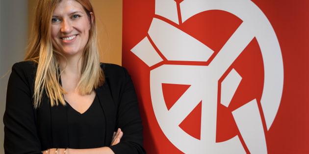 Beatrice Fihn, directrice de l'ICAN, devant le logo de la coalition contre l'arme atomique.