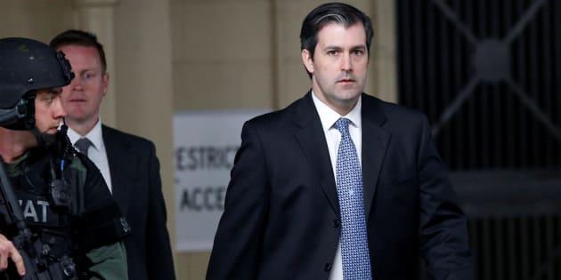 L'ex-policier Michael Slager est escorté à la sortie de la cour de justice.