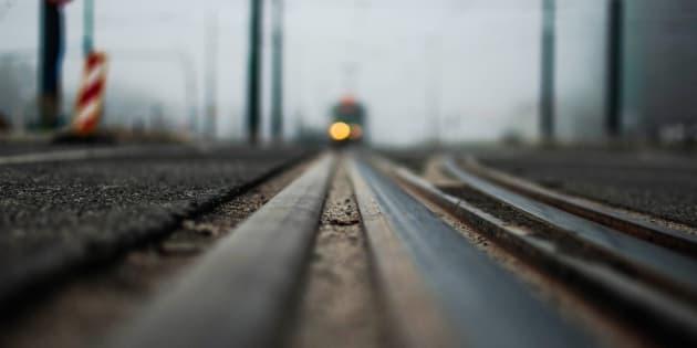 Ubriaco alla guida sfonda un cancello e corre con l'auto sui binari della ferrovia Udine-Venezia