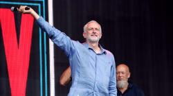 Jeremy rocks. Il leader laburista accolto come una star al Glastonbury