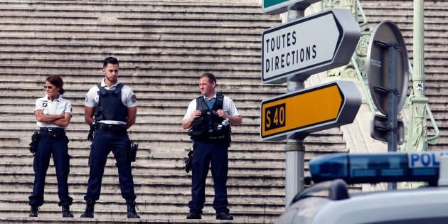 Des policiers sécurisent les alentours de la gare Saint-Charles à Marseille, le 1er octobre.