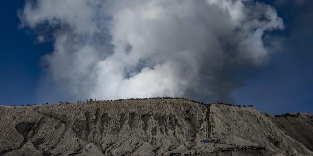 Logran descender algunos de los 500 montañistas que se quedaron atrapados en un volcán tras el terremoto de Indonesia