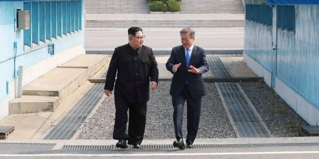 韓国・文在寅大統領と北朝鮮・金正恩委員長。2018年4月27日、板門店。
