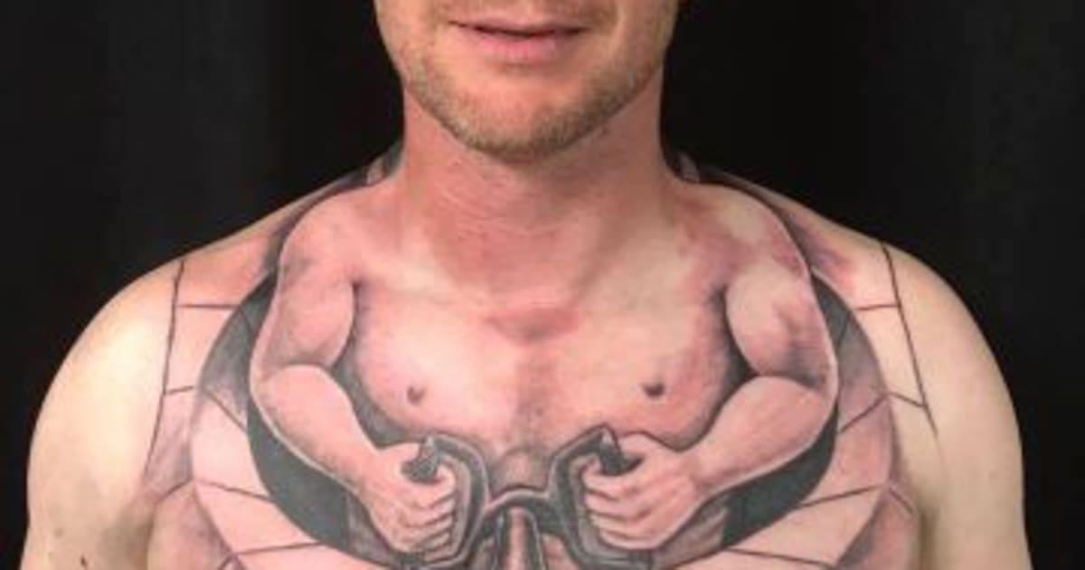 Le Tatouage De Cet Homme Lui Permet De Conduire Sans Les Mains Le