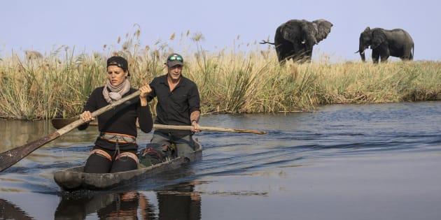Laure Manaudou et Mike Horn ont traversé le fleuve Kwando sur une pirogue.
