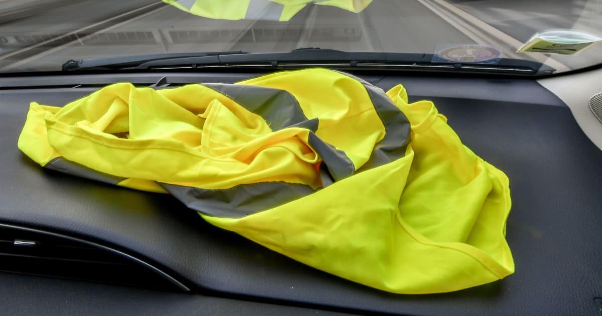 rouen les chauffeurs de bus somm s de retirer leurs gilets jaunes le huffington post. Black Bedroom Furniture Sets. Home Design Ideas