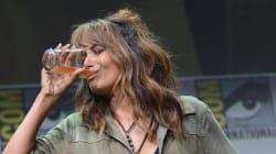 A Halle Berry le hacen tomar un 'shot' de whisky y el resultado