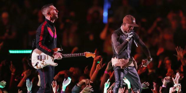 Travis Scott y Adam Levine de Maroon en el Super Bowl en el show de Medio Tiempo