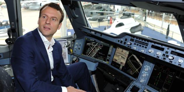 Emmanuel Macron, alors ministre de l'Économie, dans le cockpit d'un Airbus A350 XWB au Salon du Bourget en juin 2015.