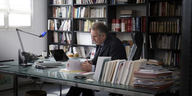 """François Bayrou fera connaître sa décision pour la présidentielle """"mi-février"""""""