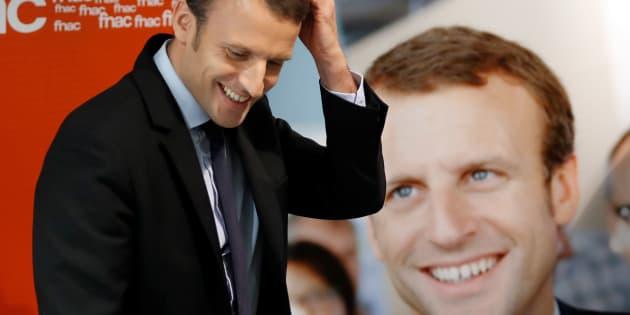 Emmanuel Macron en dédicace de son livre, le 24 novembre à Paris.  REUTERS/Charles Platiau