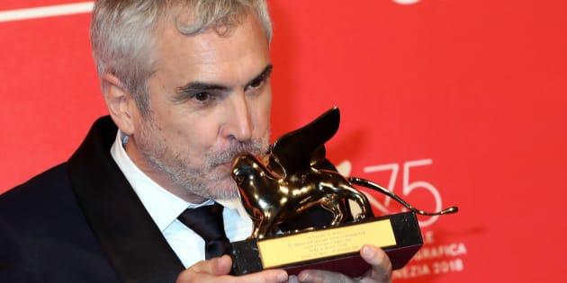 Alfonso Cuaron levanta e seu Leão de Ouro, principal prêmio do Festival de Veneza.