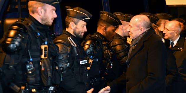Gerard Collomb auprès des forces de sécurité à Calais le 2 février.