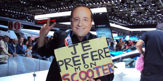 Un homme déguisé en F. Hollande au Mondial de l'Auto