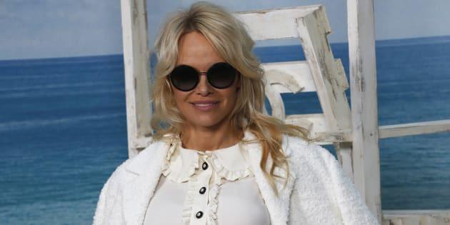 Pamela Anderson pose para una campaña de la marca de ropa Chanel en París, Francia.