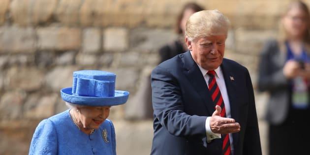 Donald Trump a passé en revue la garde d'honneur en compagnie de la reine Élisabeth II.