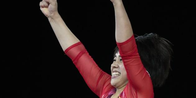 種目別決勝、女子ゆかの演技を終えてガッツポーズする村上茉愛=8日、カナダ・モントリオール