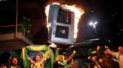 Des pro-Bolsonaro brûlent des urnes en carton pour protester contre la fraude dénoncée par leur