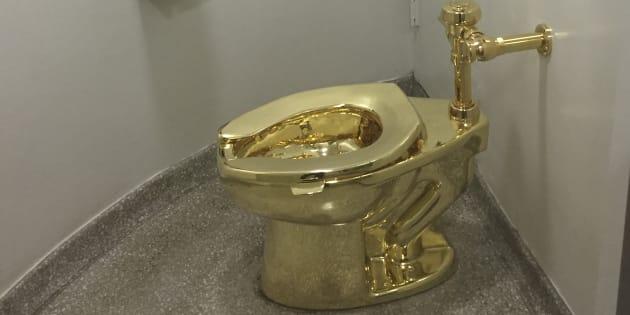 El inodoro de oro macizo, fabricado por el artista italiano Maurizio Cattelan que recuerda la famosa obra de Marcel Duchamp, 'Fuente', está en funcionamiento en el Museo Guggenheim de Nueva York. La obra de arte fue titulada 'América'.