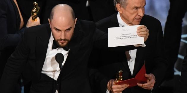 O produtor de 'La La Land', Jordan Horowitz, mostra o cartão com o nome do vencedor de 'Melhor Filme' ao lado do ator Warren Beatty