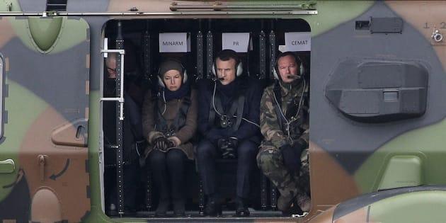 Le président de la République Emmanuel Macron et la ministre des Armées Florence Parly à bord d'un hélicoptère NH90.