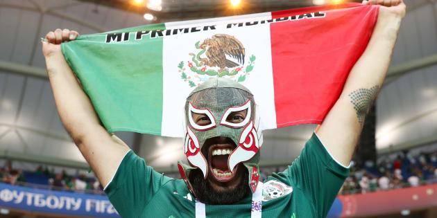 Aficionados celebran el triunfo del Tri frente a Corea del Sur en la Arena Rostov, en Rusia.