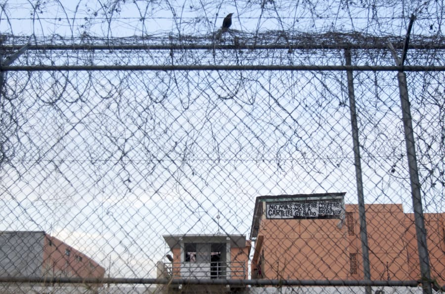 MONTERREY, NUEVO LEÓN, 23FEBRERO2018.- Presos del penal del Topo Chico protestaron con mantas arriba de las azoteas en contra de mandos de seguridad y autoridades del Cereso.
