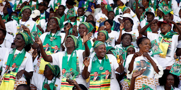 Crowds of supporters await the arrival President Emmerson Mnangagwa at an election rally in Hwange, Zimbabwe, June 27, 2018. REUTERS/Philimon Bulawayo