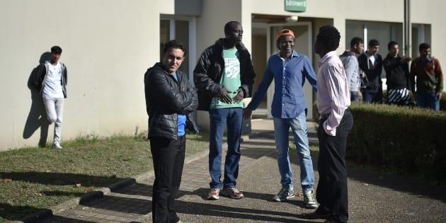 Des migrants devant le centre d'accueil et d'orientation (CAO) de Doué-la-Fontaine, dans le Maine-et-Loire, le 29 octobre 2016.