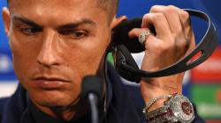 Cristiano Ronaldo in conferenza stampa con l'orologio da 2 milioni di
