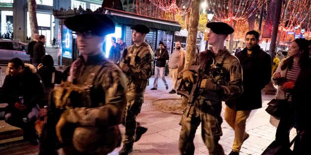Des militaires patrouillant sur les Champs-Élysées à la veille de la mobilisation de ce 1er décembre.