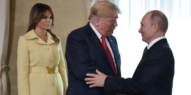 16 de julio de 2018. El presidente estadounidense, Donald Trump (C) estrecha la mano de su homólogo ruso, Vladimir Putin, junto a la primera dama estadounidense, Melania Trump (I), en una reunión en Helsinki.