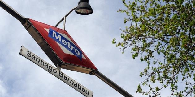 Entrada de la estación de Metro de Santiago Bernabéu, en Madrid.