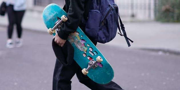 Un joven porta un monopatín, en una imagen de archivo.