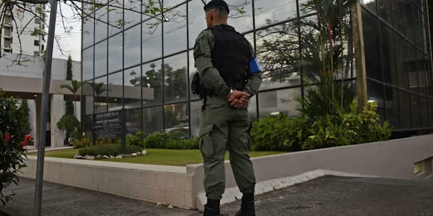 A policeman stands guard outside the Mossack-Fonseca law firm offices in Panama City during a raid on April 12, 2016.  Police on Tuesday raided the headquarters of the Panamanian law firm whose leaked Panama Papers revealed how the world's wealthy and powerful used offshore companies to stash assets. / AFP / Ed Grimaldo        (Photo credit should read ED GRIMALDO/AFP/Getty Images)