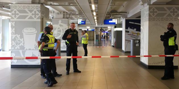 Les forces de police boucle la gare d'Amsterdam-Central après une attaque au couteau, le vendredi 31 août.