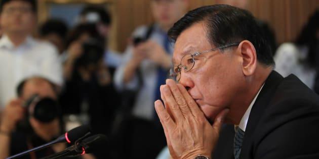 「アシアナ航空」を所有する錦湖アシアナグループ会長の朴三求(パク・サムグ)氏。記者会見に出席し、機内食なしでのフライトについて謝罪。2018年7月4日、ソウル。