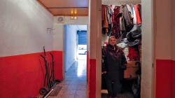 La mujer que vivía en un trastero con su hijo discapacitado se traslada a un