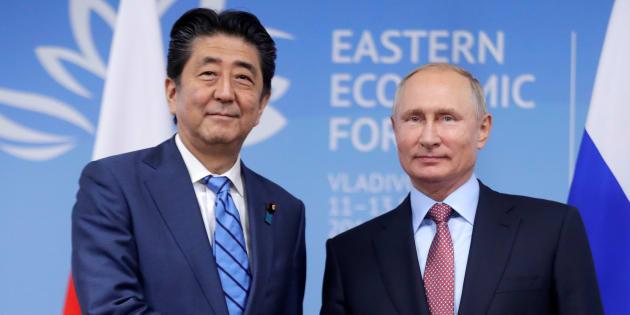 「東方経済フォーラム」で会談する安倍晋三首相(左)とロシアのプーチン大統領=2018年9月10日、ロシア・ウラジオストク