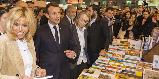 Le Président Emmanuel Macron, entouré de son épouse Brigitte à gauche et de la ministre de la culture Françoise Nyssen à droite, assiste à l'ouverture du Salon du Livre de Paris, le 16 mars 2018.